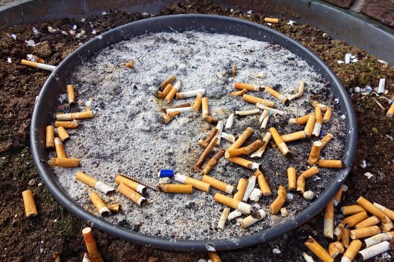 ภาพก้นบุหรี่จำนวนมากสูบกันไปได้ยังไงนิ
